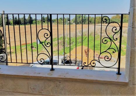 סורג חוץ למרפסת ברזל מעוצב ותיקני יפיאל.