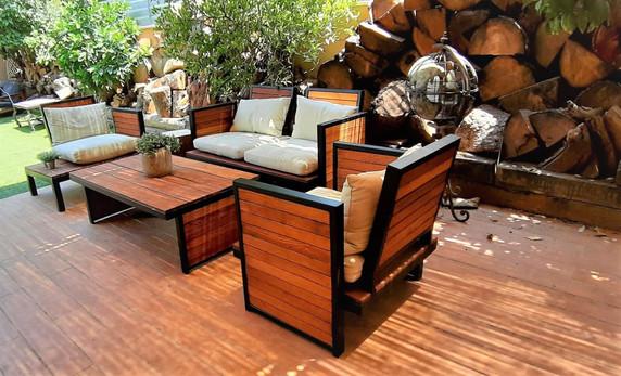 פינת ישיבה מעץ לחצר יפיאל.jpeg