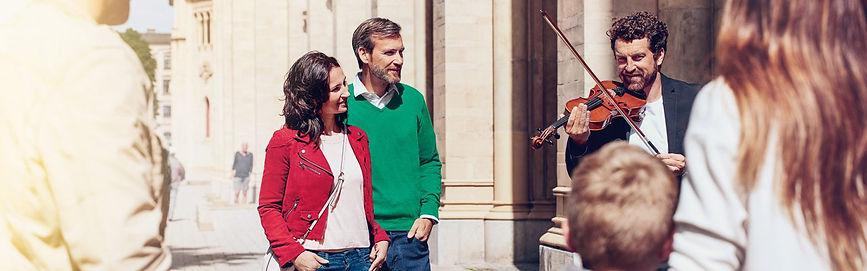 Signia-Nx_couple-street-musician_2560x80