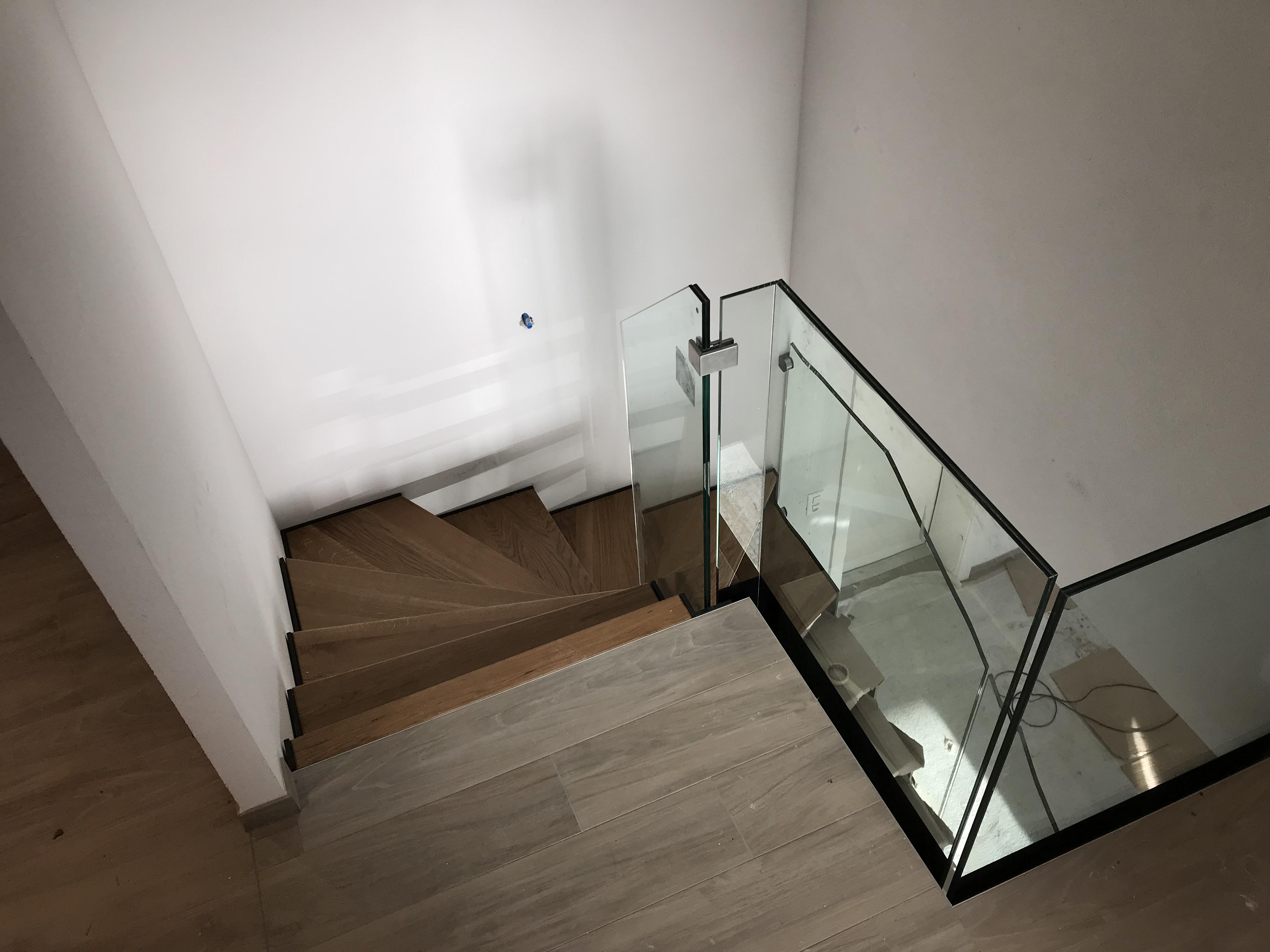 escalier bois, verre et métal