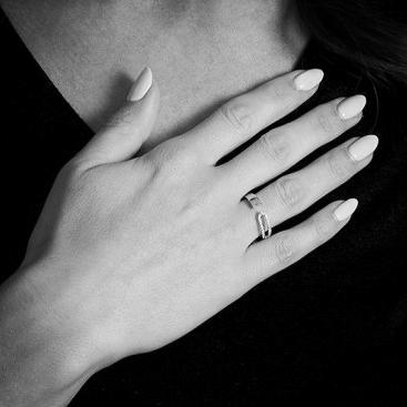 The Minimal Fashion Ring with Diamonds