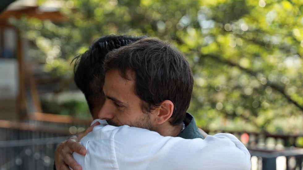 Ravi Ram abrazando a un paciente.png