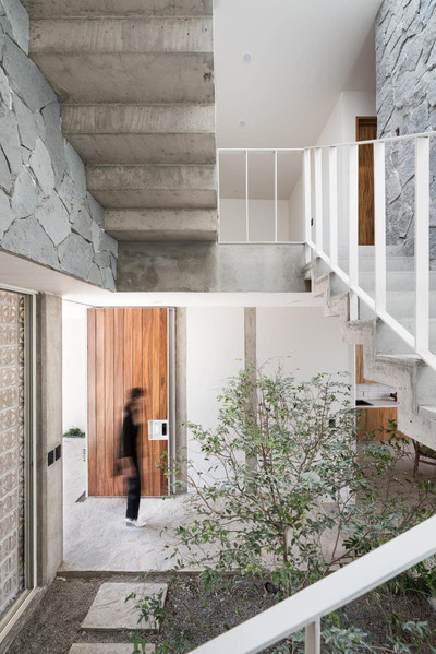 Entrada principal y escaleras