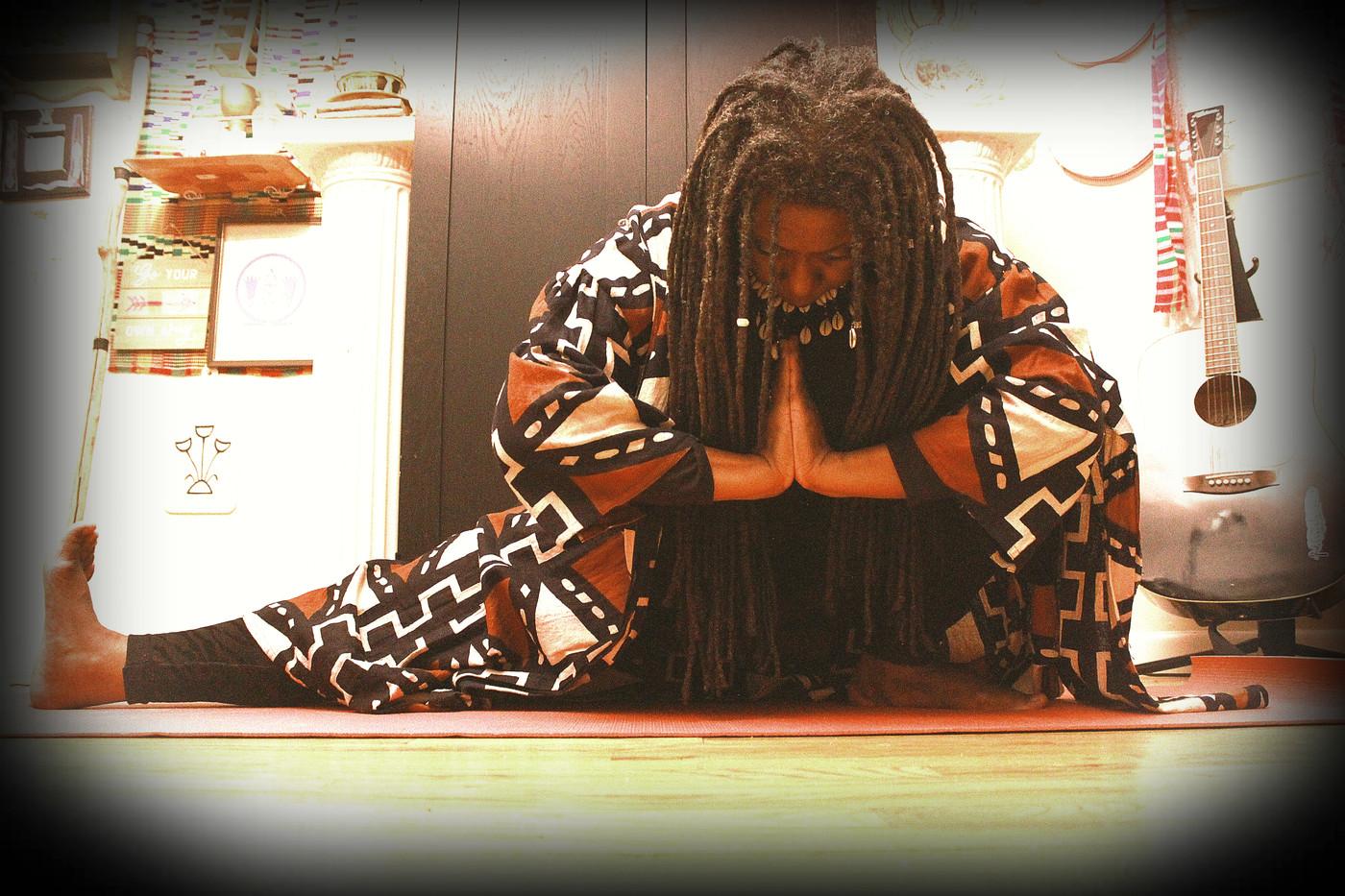 Queen Mother Imakhu_deep crouch-prayer p