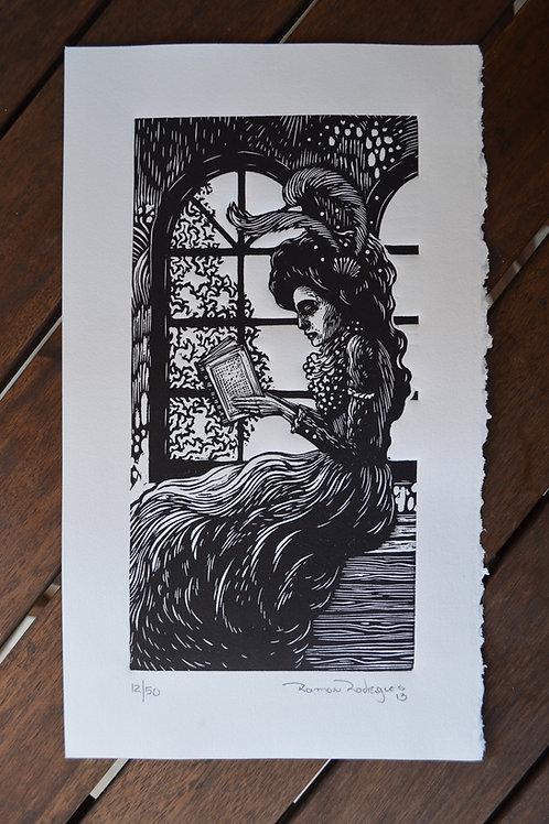 Mulher lendo na janela