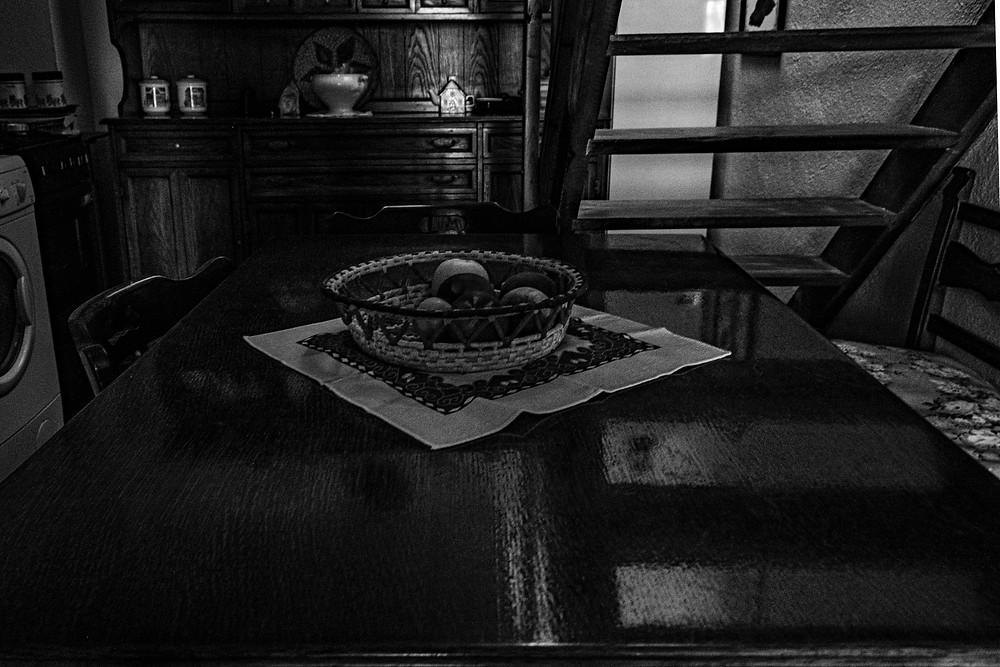 tavolo in legno in cucina di campagna