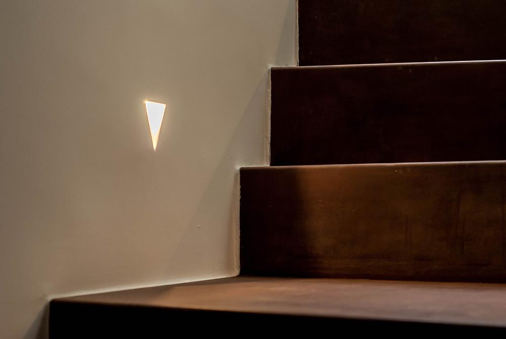 scala in ferro presso piegato finitura in corten illuminata da segnapasso