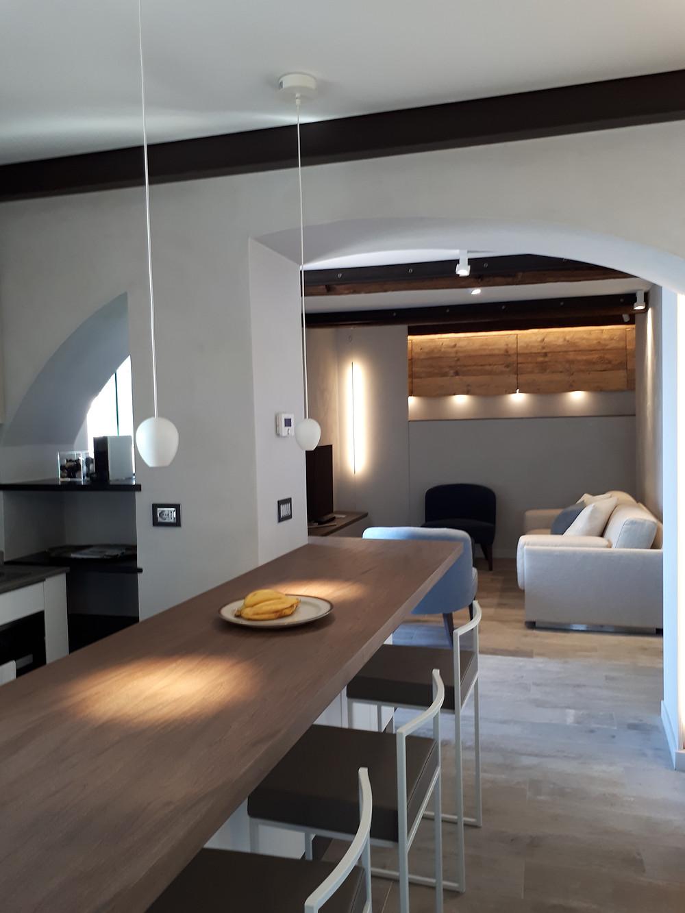 illuminazione del piano di lavoro in legno della cucina