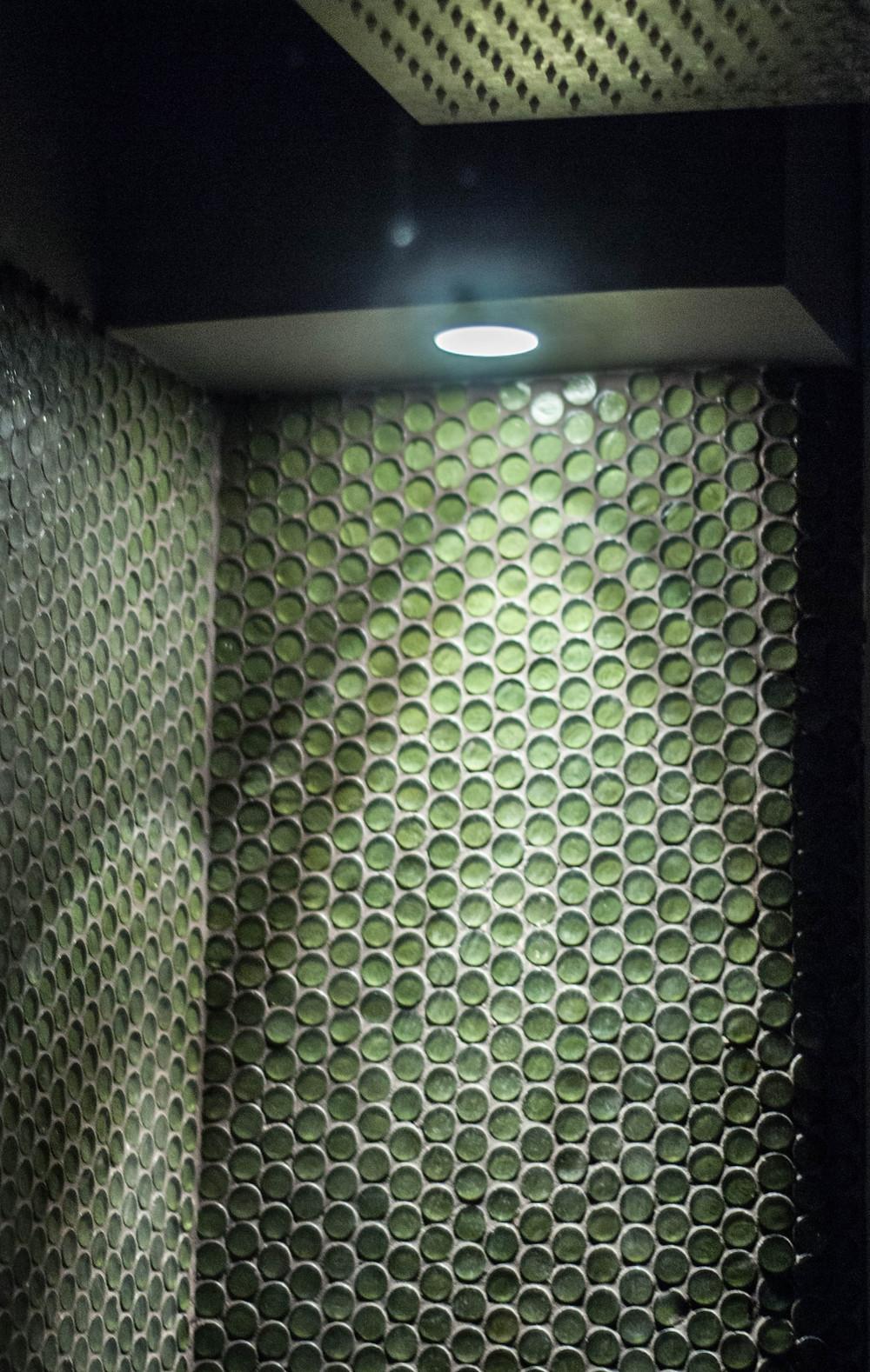illuminazione di parete del bagno in mosaico verde