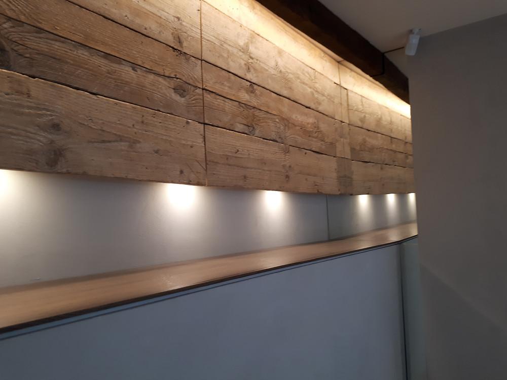 nicchia in legno illuminata da faretti a led