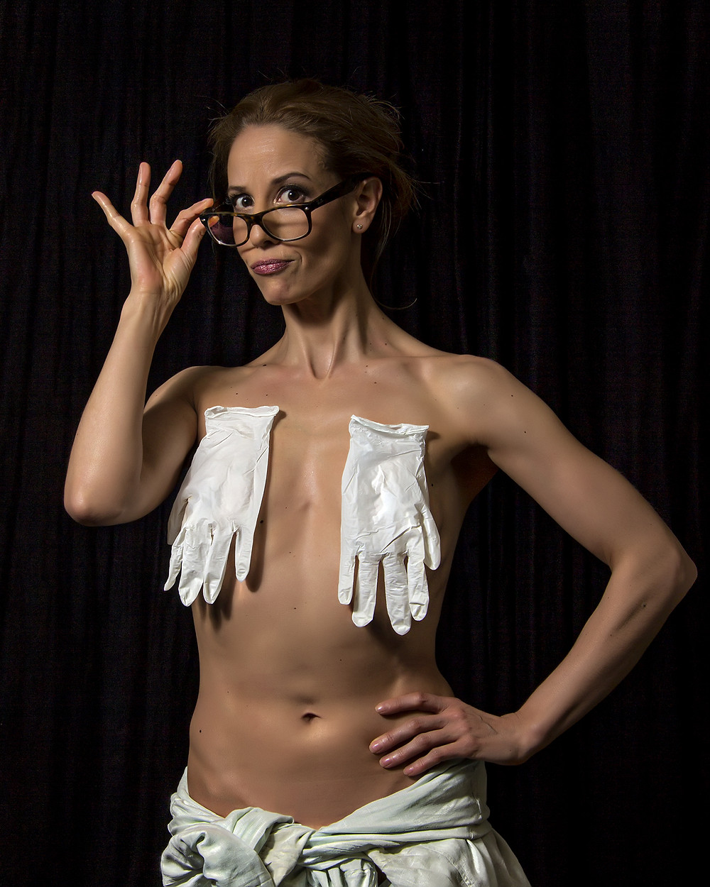 Sensual portrait of a Spanish celebrity. During the photo session we improvised some sensual images using latex gloves, glasses and also a Desset Eagle.