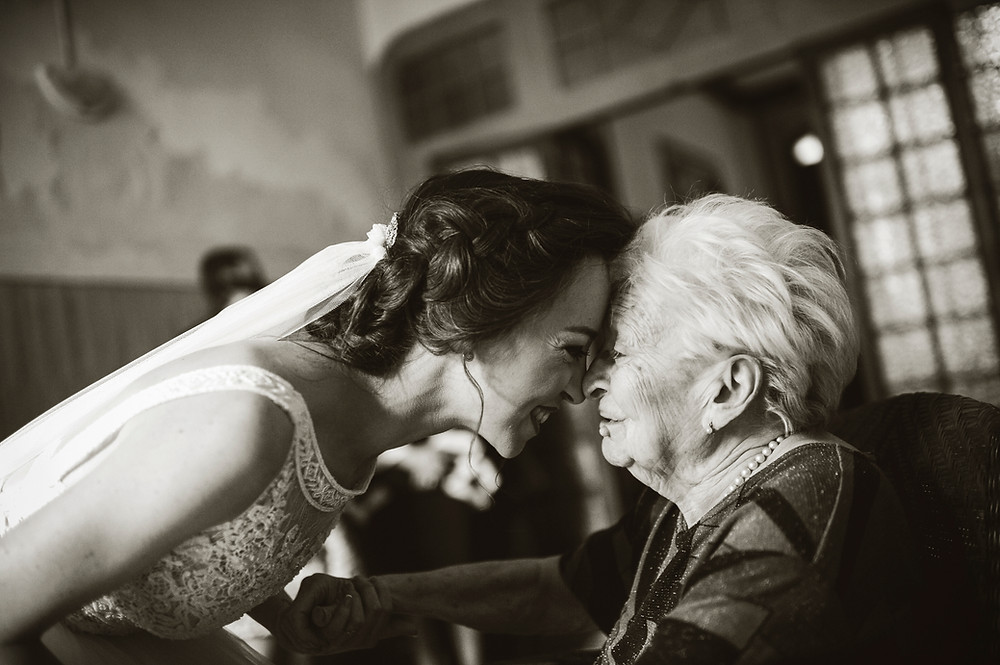 The bride visits her grandmother before the wedding. Many times the age and deterioration of our elderly, prevents them from moving to the ceremony or celebration. The moment when the couple go to see their elders if this happens, it is magical.