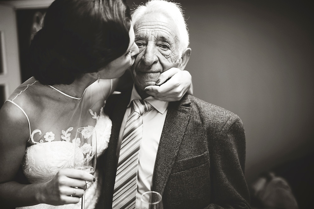 The grandfather of the bride. I feel weakness for the extremes in the portraits. In a wedding I am always alert with grandparents and children, interact, or interact more than middle-aged people many times. In the image, the bride at home before getting married kissing her grandfather on the arrival of this home to see her dressed.