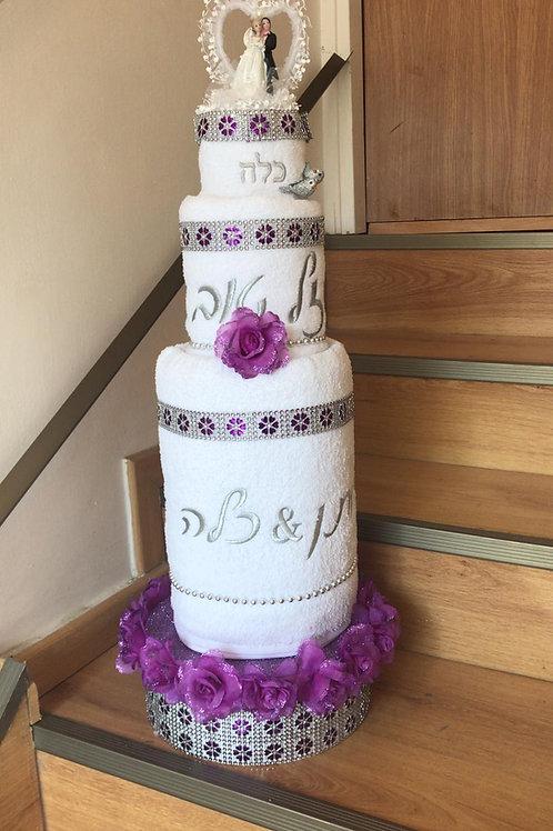 עוגת מגבות חתן כלה עם עיצוב עם פרחים סגול