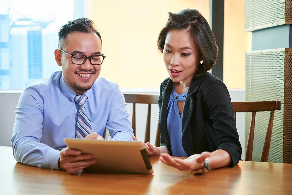 two-business-people-coworking-4ZKBGU5.jp