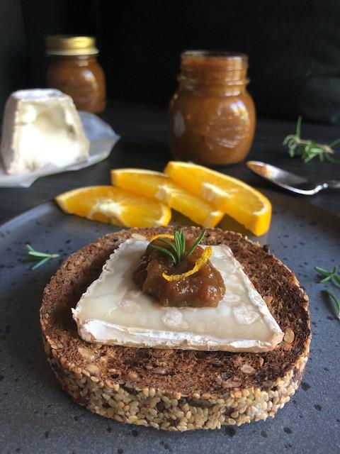 Predlog: hleb sa zrnevljem, koziji Brie sir i džem od smokava