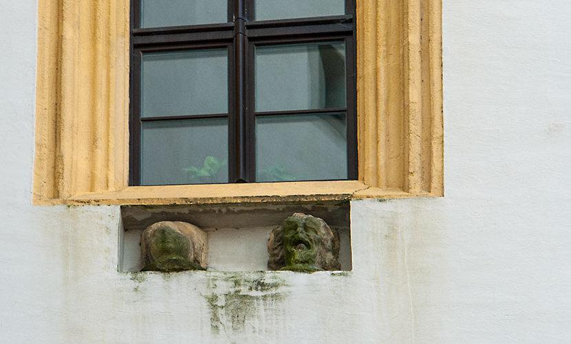 Steinerne Köpfe am Fenster