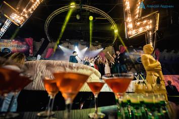 Ведущий Алексей Авдонин гармонично виисывается в гламурную вечеринку в стиле Оскар.