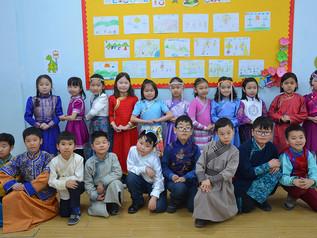 Монгол хувцасаараа гоёлоо
