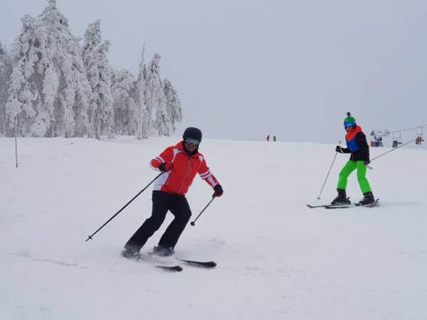 Divcibare-ski-resort-skiers