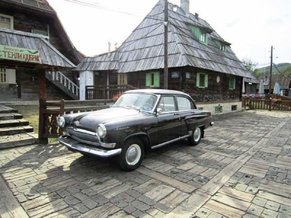 Mecavnik-wooden-town-old-car