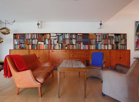 図書館のような本棚のあるリビング