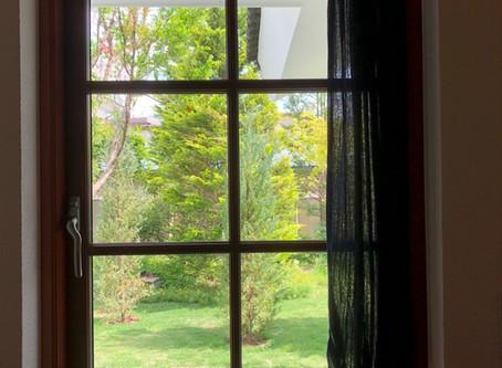 窓からの眺めが絵画のような景色