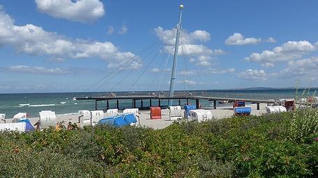 Strand mit Aussichtsplattform.jpg