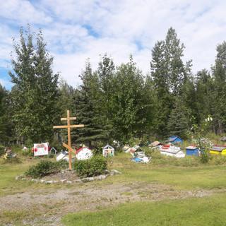 Кладбище Эклутна, известное своими ярко украшенными домиками для духов