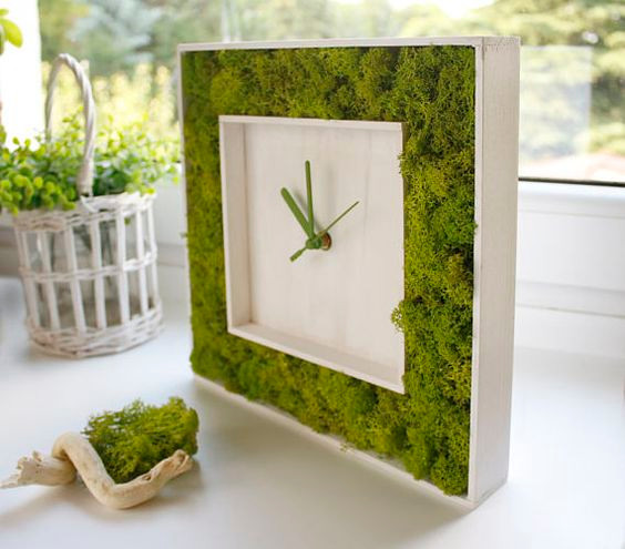 Preserved Moss in art and design - Clock.