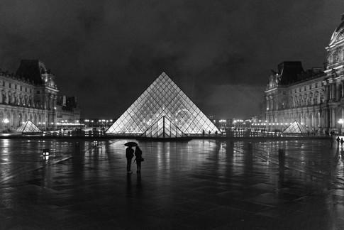 paris_louvre_rain_bw.jpg