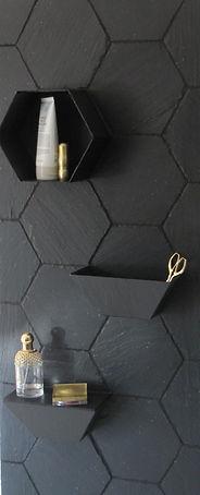 revêtement mural en ardoise hexagonal avec ses accessoires à sceller