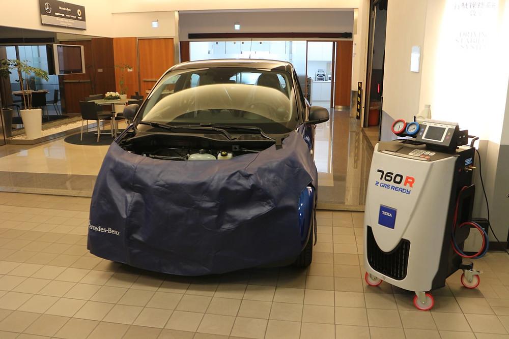 Mercedes-Benz 第一批使用R1234yf冷媒的車輛,旁為TEXA Konfort 760R 冷媒回收機。