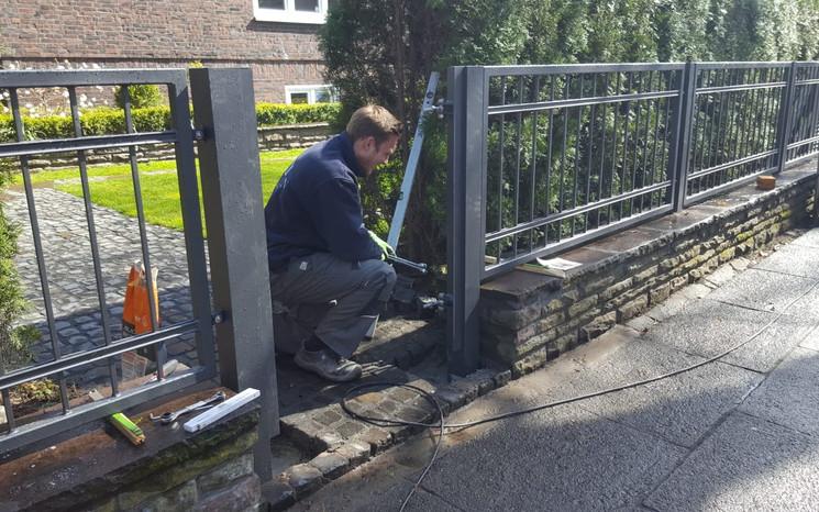 Montage einer Zaun- und Toranlage