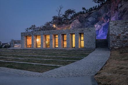 13-室内的暖光与舞台的灯光形成戏剧性效果 Indoor warm light