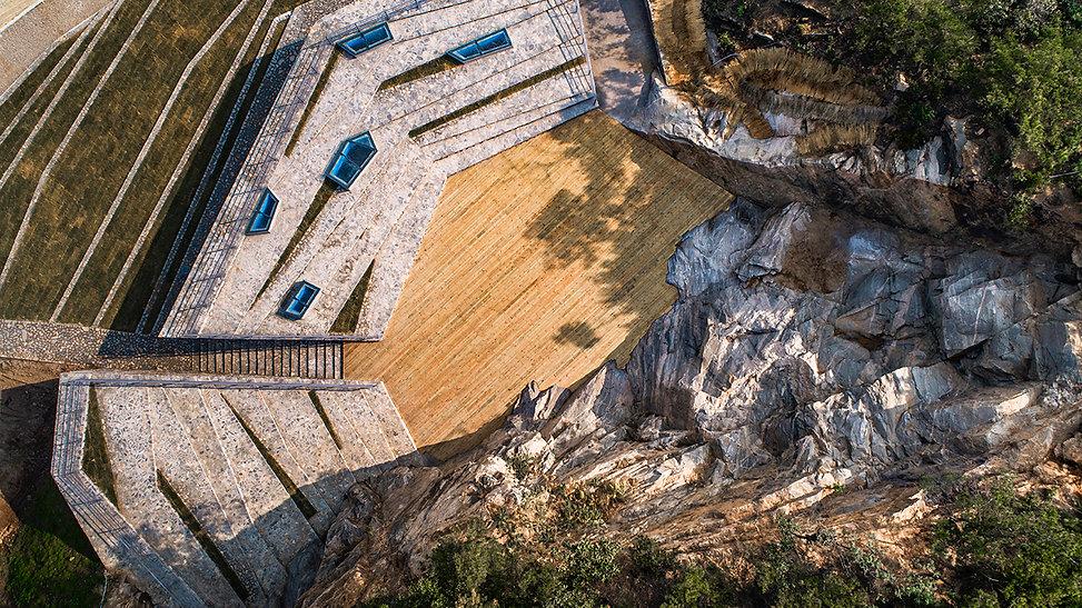 07-石壁被完整保留,舞台和看台围绕石壁设置 Cliff completely
