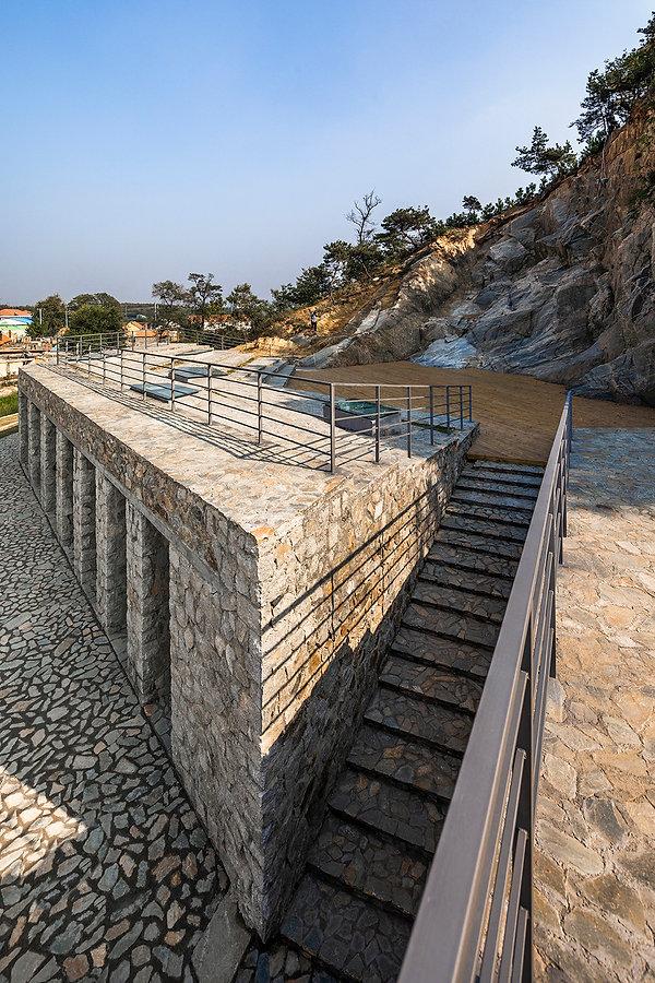 10-石头台阶联系咖啡和舞台 Stone steps connecting ca