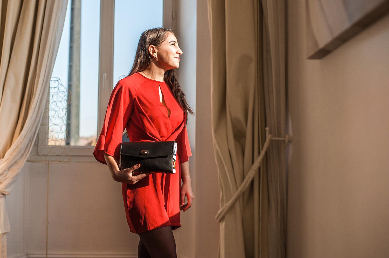 jeune femme robe rouge et sac à main