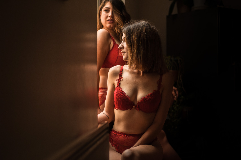 deux femmes en lingerie rouge