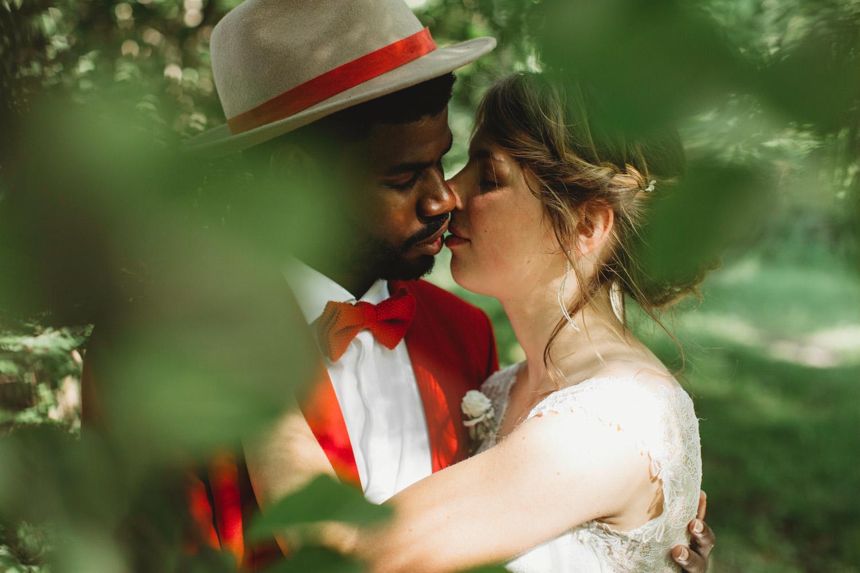 mariés qui s'embrasse