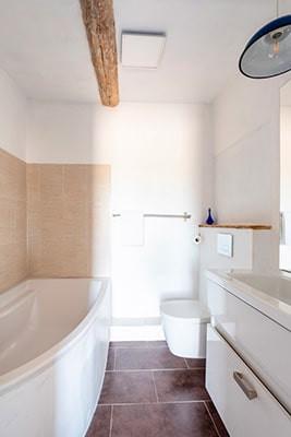 Salle de bain privative avec baignoire et sels de bain