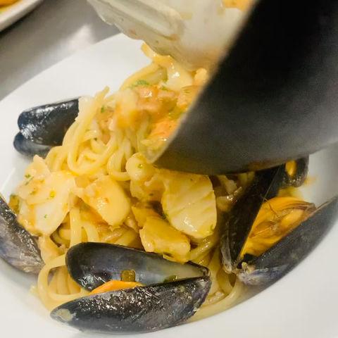 Linguine allo Scoglio - mixed fish, shellfish, white wine - tomato sauce fresh chilli 🇮🇹👨🍳