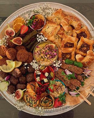 Fingerfoodplatte Grazing Board Graze Köln Fingerfood Platten Mezze bestellen türkisch halal orientalisch Partyplatte Falafel vegan vegetarisch Tabouleh Börek