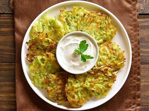 Gemüsepuffer mit Joghurt