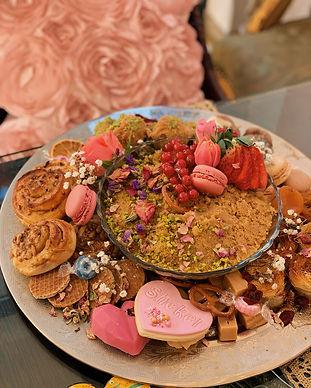 Dessertplatte Grazing Board grazeboard grazingboard Dessert Helva Baklava bestellen Macarons Köln Süßigkeiten türkischer Nachtisch orientalisch arabisch