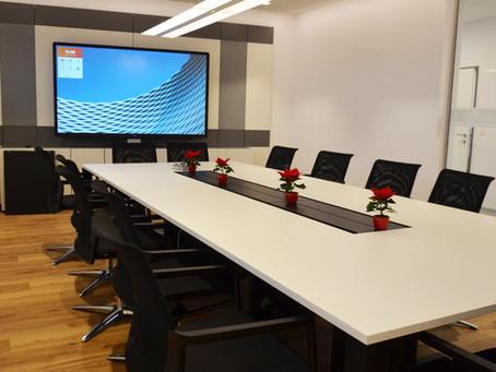 """Konferenzraum mit 86"""" interaktiv Display, Medientechnik, Videokonferenz, Gartenbau Gall"""