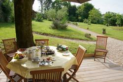 Petit déjeuner en terrasse été 2014