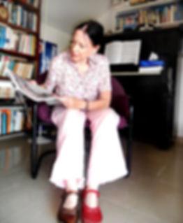 ורדה רזיאל יושבת על כסא