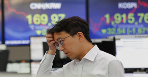 China announces it seeks 'calm' end to trade war, as markets tank and currency hits 11-year flatline