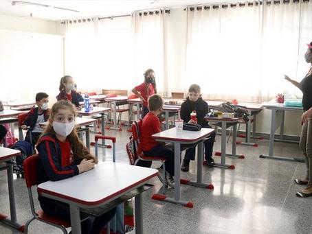 Alunos da rede municipal de Curitiba voltam às aulas em modelo híbrido a partir de 19 de julho